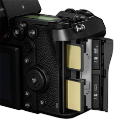 Panasonic S1R offers double slot for XQD memory cards and SD memory cards